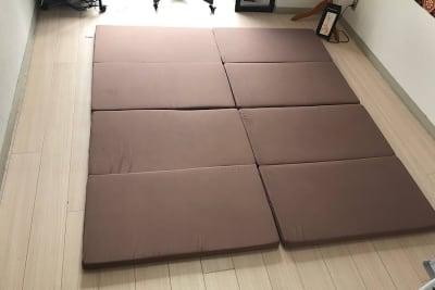 シングルサイズの四つ折りマットレス2枚。このように繋げても使えます。 - ゾウスペ新宿 会議室&サロンスペースの室内の写真