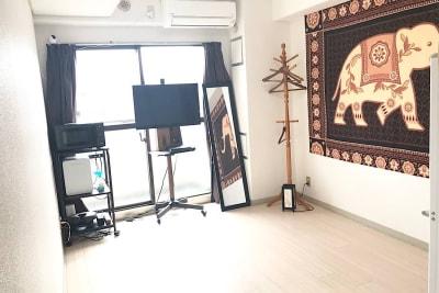 初期配置は机椅子、マット、施術台がすべて片付けられており、自由にレイアウト可能です。 - ゾウスペ新宿 会議室&サロンスペースの室内の写真