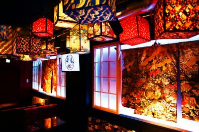 江戸スナック【 みつば 】 豪華絢爛な内装の和風スペースの室内の写真