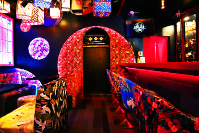 江戸スナック【 みつば 】 豪華絢爛な内装の和風スペースの入口の写真