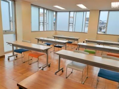 コロナ感染対策で人数を半分に制限し換気窓を十分あけて利用準備 - 東海ビル金沢 セミナールーム の室内の写真