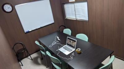 窓も開けられるので換気もできます。備え付けのエアコンで温度調整も可能です。 - 勉強カフェ博多プレース 会議室 ミーティングルームの室内の写真