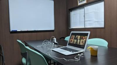 少人数での会議や勉強会・テレワークにご好評です。 - 勉強カフェ博多プレース 会議室 ミーティングルームの室内の写真