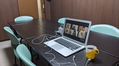 延長コードは無料で貸し出します。完全個室なのでオンライン会議での利用にも最適です。 - 勉強カフェ博多プレース 会議室 ミーティングルームの室内の写真