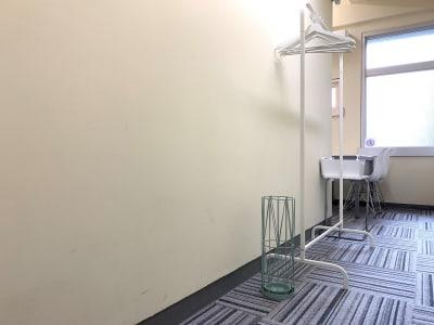 ハンガーラック、傘立てもあります。デスクまでのアプローチは長いです(笑) - L&Cスペース本町駅前 A号室の室内の写真