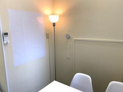スタンドライト、ホワイトボードもあります。 - L&Cスペース本町駅前 A号室の室内の写真