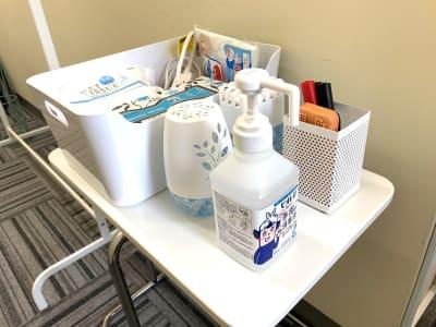 除菌スプレー、シート等備品も自由にご利用ください。 - L&Cスペース本町駅前 A号室の室内の写真