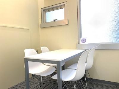 室内はイームズチェア、白基調で落ち着いた空間です。窓もあり換気も十分できます。 - L&Cスペース本町駅前 A号室の室内の写真