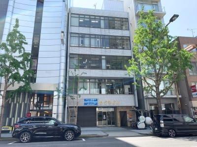 中央大通沿いで視認性のあるビルです。 - L&Cスペース本町駅前 A号室の外観の写真