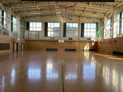 元小学校の体育館です(背面) - 八ヶ岳コモンズ 体育館の室内の写真