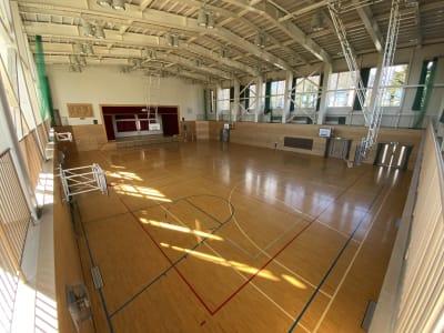 2階通路から見下ろす - 八ヶ岳コモンズ 体育館の室内の写真