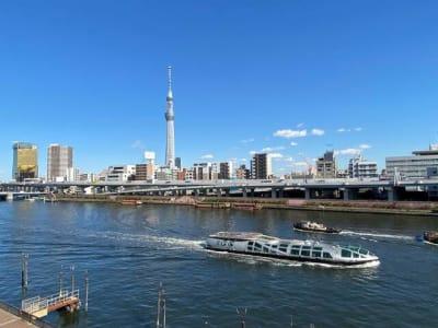テラスからの隅田川ビューです。晴れた日は隅田川&スカイツリーの眺めが最高です。 - feel 浅草 301レンタルルームの室内の写真