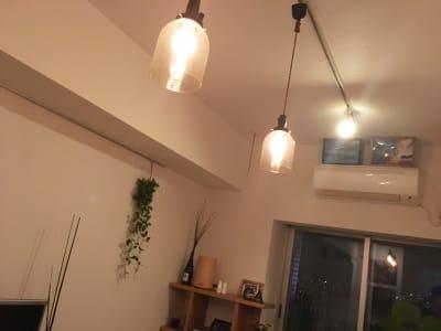 暖かみがある照明 - 女子会・上映会に!初台駅スグ パーティー/ワークスペースの室内の写真