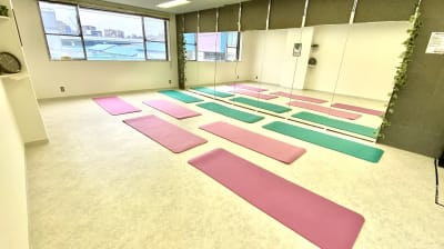約30畳の大きなヨガスタジオ♬壁床は抗菌仕様で感染症対策バッチリ! - レンタルスタジオMU'S ヨガスタジオMU'Sの室内の写真