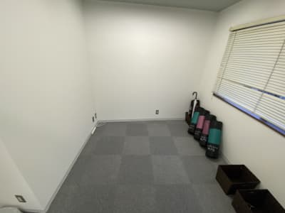 更衣室も完備!荷物かごもあるのでゆっくりとお着替え頂けます。 - レンタルスタジオMU'S ヨガスタジオMU'Sの室内の写真