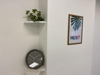 tiktokで話題になった当スタジオはインテリアにもこだわっております。お部屋はほのかに上品なホワイトムスクの香り♬ - レンタルスタジオMU'S ヨガスタジオMU'Sの室内の写真