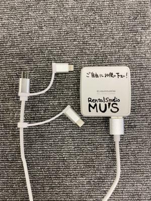 【無料貸出】スマホ等の充電器も貸し出しております。また、延長コードも備え付けているので皆様お使い頂けます。 - レンタルスタジオMU'S ヨガスタジオMU'Sの室内の写真