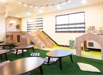 現在は人工芝ではなくジョイントマットです。 - 【OLIoliプレイルーム】 OLIoli 3F パークエリアの室内の写真