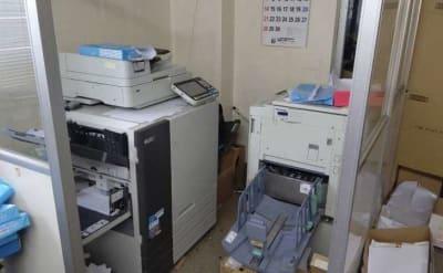 高速A4モノクロコピー1枚=5円税込・カラー=20円税込 高速スキャナー1枚=10円税込 - 株式会社ビジネスベース 作業スペースの設備の写真