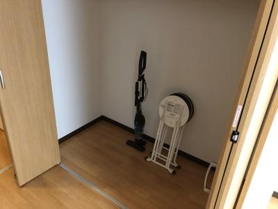 クローゼット内に掃除機、予備椅子×2 - MEETINGROOM 85坂戸 貸会議室/個室/8名/清潔/格安の室内の写真