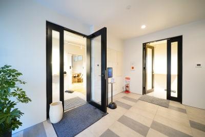 2階に会議室の入り口があります(右側ドア)。 左側ドアはスタッフのいる事務所入り口です。 - シティライフ カンファレンス 武蔵小杉のプライベート空間の室内の写真