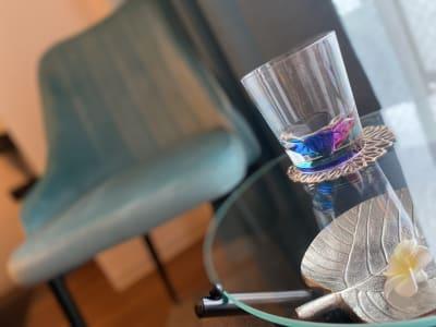 カーテン同様、ティファニーブルーの椅子でアフターカウンセリングを。 - SpaceK-Room1 サロンスペースの設備の写真