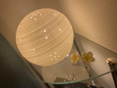 間接照明で癒しの明かりを。 - SpaceK-Room1 サロンスペースの設備の写真