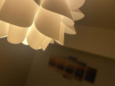 シーリングライトは明るさの調節が可能。オレンジから白まで、光の調節も出来ます。 - SpaceK-Room1 サロンスペースの設備の写真