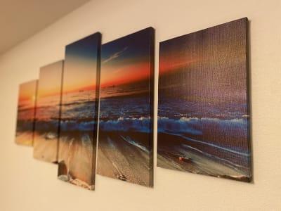 壁かけ絵は夕暮れの海。お客様の頭上でぼんやりうつる癒しの時間を。 - SpaceK-Room1 サロンスペースの設備の写真
