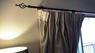 カーテンは麻リネン。カーテンレールもアンティーク調です。 - Flace omotesando 表参道1分 本物のアンティークの室内の写真