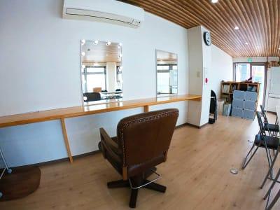鏡と椅子を贅沢に利用いただけます。4つあります。 - スペース城野 シンデレラスペースの室内の写真