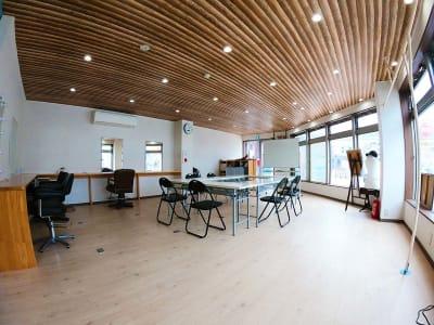 長テーブルは7つありますので、形を自由に変え、さまざまな会議、セミナー、勉強会形式に対応しています。 - スペース城野 シンデレラスペースの室内の写真