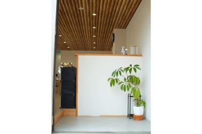 玄関は広いスペース。靴は脱ぎ、利用いただく形となります。 - スペース城野 シンデレラスペースの室内の写真