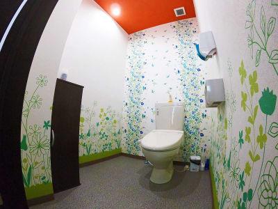 トイレは広くご利用いただけます。お子様のトイレのお世話もやりやすいです。 - スペース城野 シンデレラスペースの室内の写真