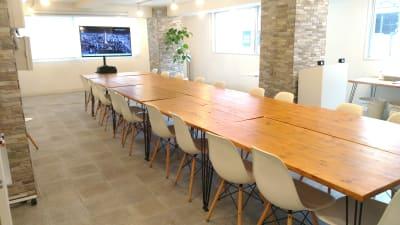 対面式レイアウト、50インチモニター利用のオンライン会議一例(テーブル9台、椅子18脚設置例) - 秋葉原レンタルスペース201 🎵多目的マルチスペース🎵の室内の写真
