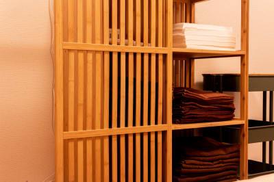 レンタルタオル(有料)、フェイスペーパー(無料)、ペーパーシーツ(無料)もそろっています。 - simple三鷹 施術専用レンタルサロンの室内の写真