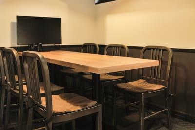 モニターに資料を投影したり、Web会議にも最適です。 - 新橋コワーキングスペース Basis Point 6名用会議室 (Room A)の室内の写真