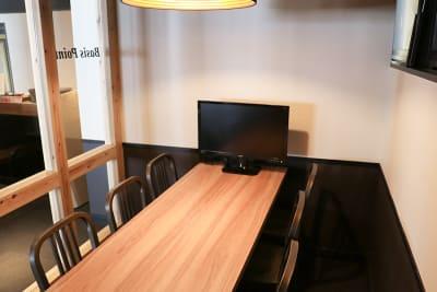 ガラス壁はロールカーテンで外から覗けないようにすることもできます。 - 新橋コワーキングスペース Basis Point 6名用会議室 (Room A)の室内の写真