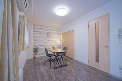 天井シーリングライトはLED 調光・調色可能です - 【リベサロ京都駅前】  レンタルルーム 101号の室内の写真