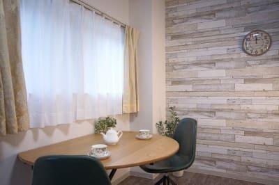 テーブル天板は伸縮タイプ 壁に寄せてみました - 【リベサロ京都駅前】  レンタルルーム 101号の室内の写真