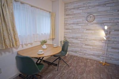 テーブル天板は伸縮タイプ - 【リベサロ京都駅前】  レンタルルーム 101号の室内の写真