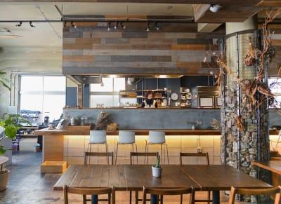 スペース横にはお洒落なcafeも併設されています。 - KLASI COLLEGE 平日利用 レンタルキッチンの室内の写真