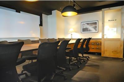 ホワイトボード貸出可能。セミナーや勉強会にもおすすめです。 - 新橋コワーキングスペース Basis Point 12名用会議室 (Room C)の室内の写真