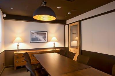 上質な雰囲気でWeb会議から商談までご利用いただけます。 - 新橋コワーキングスペース Basis Point 12名用会議室 (Room C)の室内の写真