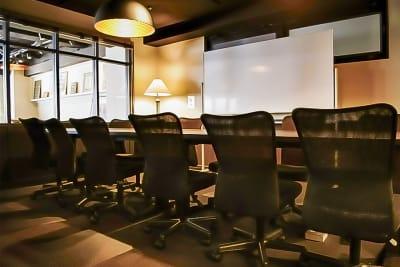 ガラス壁はロールカーテンを閉めて外から見えないようにすることも可能です。 - 新橋コワーキングスペース Basis Point 12名用会議室 (Room C)の室内の写真