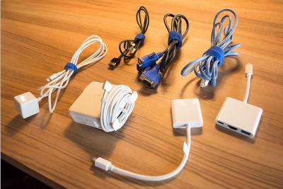 モニター接続用(HDMI)ケーブル、PC・スマホ用充電器など無料貸し出ししております。 - 新橋コワーキングスペース Basis Point 12名用会議室 (Room C)の設備の写真
