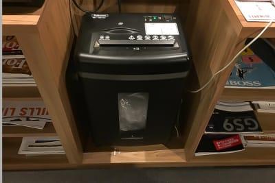 シュレッダーご利用いただけます。 - 新橋コワーキングスペース Basis Point 12名用会議室 (Room C)の設備の写真