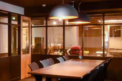10名様までご利用できるハイグレードな会議室です。 - 新橋コワーキングスペース Basis Point 10名用会議室 (Room B)の室内の写真