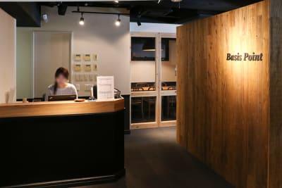 来店の際は受付にお声がけください。 - 新橋コワーキングスペース Basis Point 10名用会議室 (Room B)の入口の写真