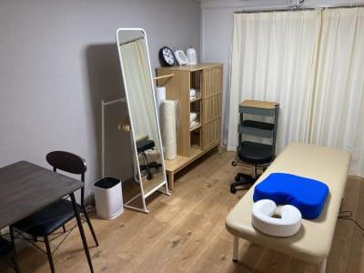 ゆったり施術するのに十分なスペースです。 - simple阿佐ヶ谷 施術専用レンタルサロンの室内の写真